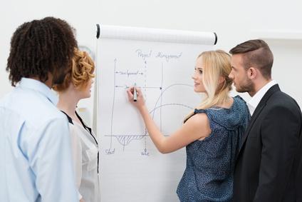 studenten in einer schulung zum projekt management