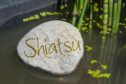 Stein in Wasser mit Om, Yoga, Tai Chi, Qi gong, ZEN, Feng Shui mit Wasserlinsen und Schachtelhalm